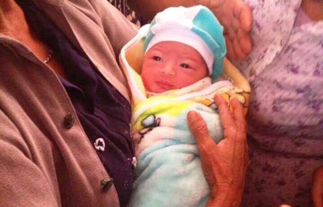 Bé gái sơ sinh bị bỏ rơi kèm 1 triệu đồng