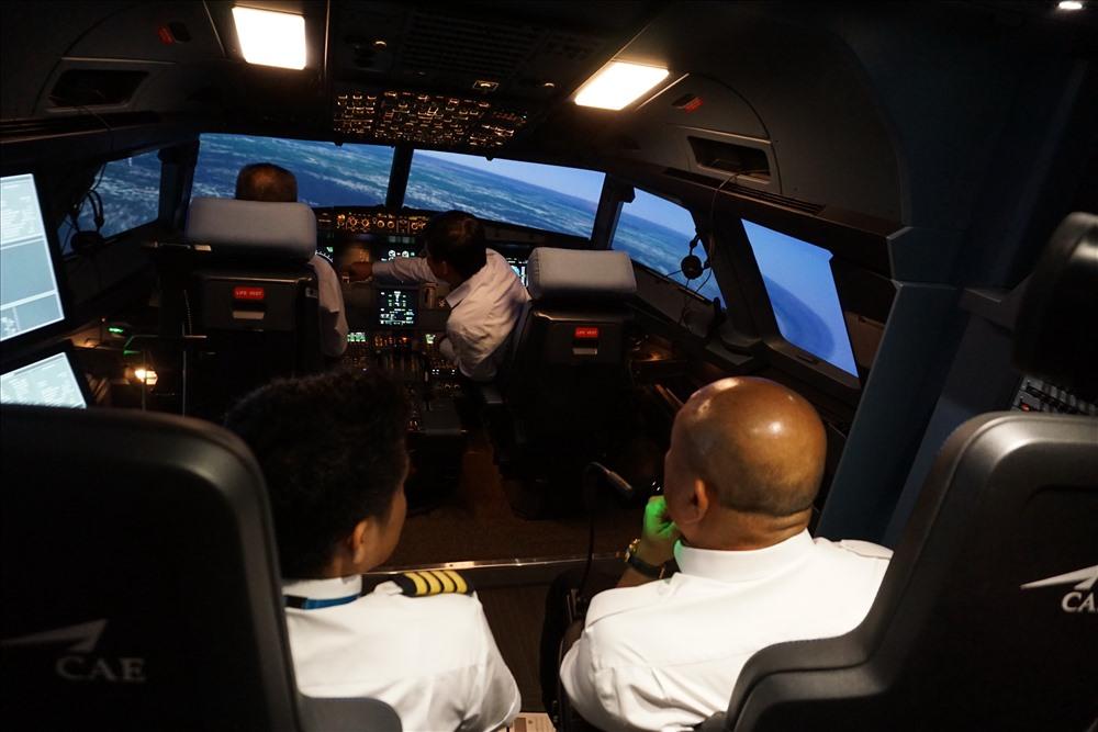 Bên trong buồng lái mô phỏng máy bay hiện đại