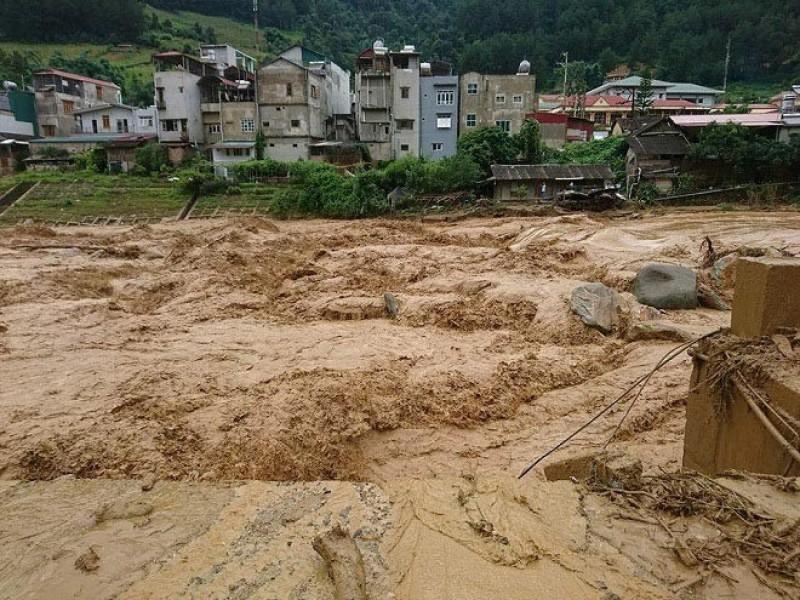 Nước lũ cuồn cuộn đổ về thị xã Nghĩa Lộ, người dân di dời khẩn cấp