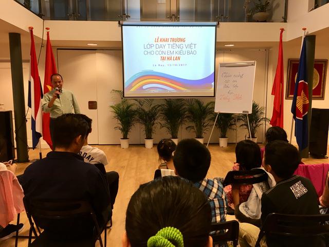 Lần đầu tiên khai giảng lớp dạy tiếng Việt tại Hà Lan