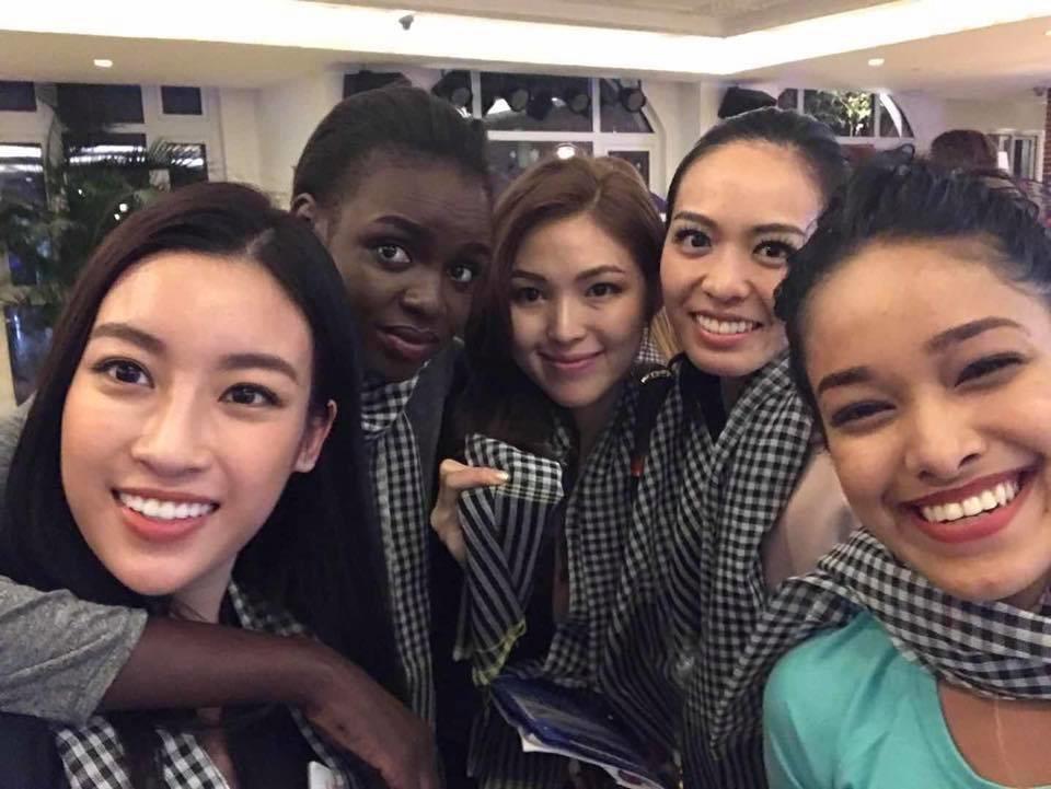 Hoa hậu Đỗ Mỹ Linh mang khăn rằn tặng các thí sinh Miss Word 2017