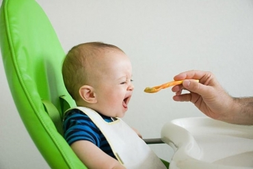 Cho trẻ ăn uống như thế nào khi bị chân tay miệng?