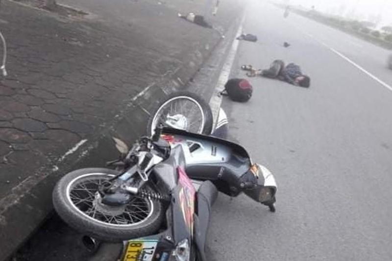 Xe máy chạy tốc độ cao, ngã văng ra đường khiến 2 người thương vong
