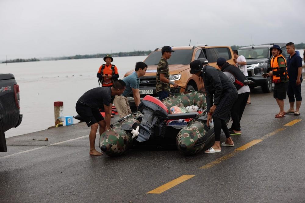 Bất chấp mưa lớn, tiếp tế nhu yếu phẩm cho bà con bị cô lập tại Quảng Trị