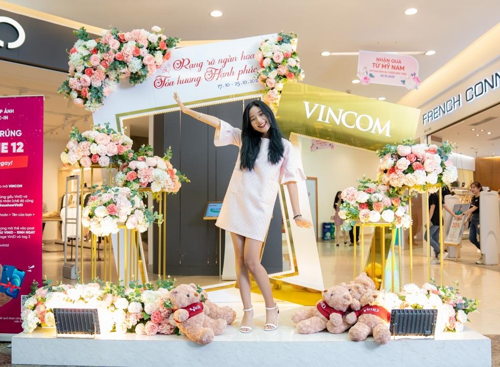 Khung ảnh khổng lồ ngập tràn sắc hoa rực rỡ được các bạn nữ yêu thích tại Vincom