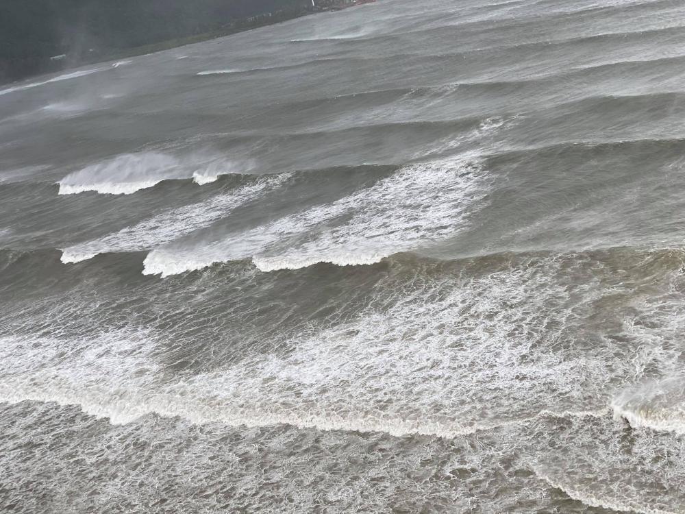 Hình ảnh bão số 9 đổ bộ vào bờ biển Đà Nẵng