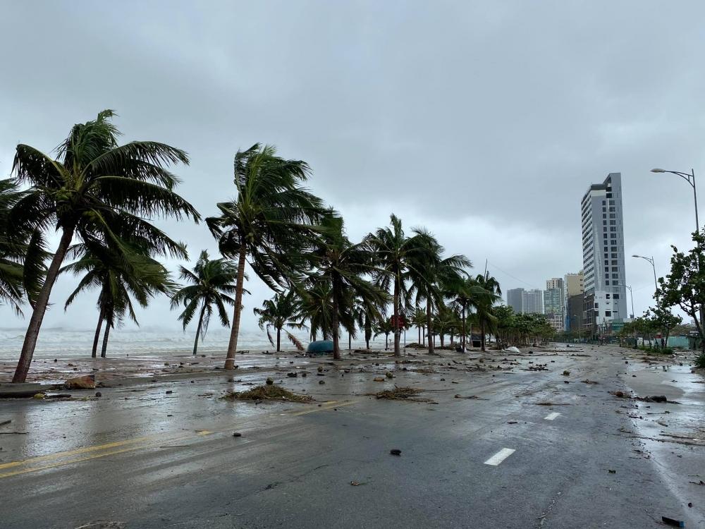 Những hình ảnh đầu tiên cơn bão số 9 đỗ bộ vào bờ biển Đà Nẵng