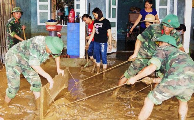 Giúp dân Quảng Trị dọn bùn đất sau lũ, ảnh Thanh Đạm