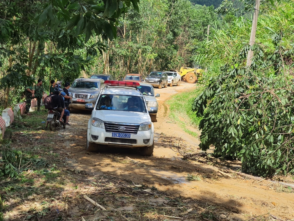Đoàn xe cứu thương phía sau đang vào hiện trường để đưa các nạn nhân còn sống về trung tâm y tế huyện Bắc Trà My chữa trị
