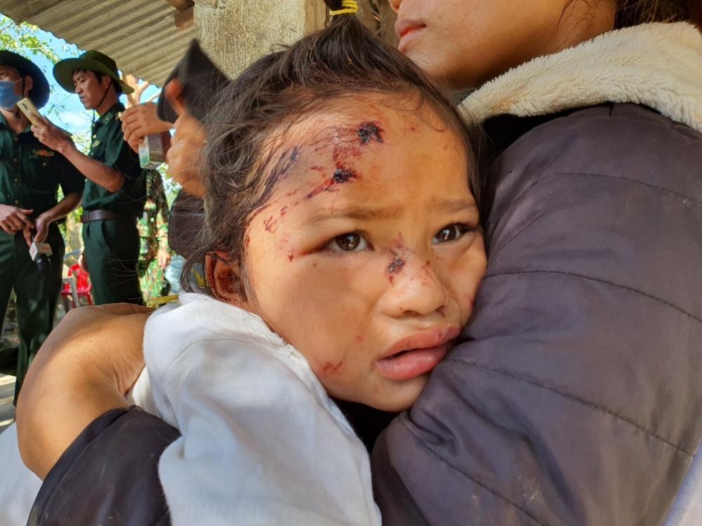 Ánh mắt của con gái nằm teong bòng tay mẹ mẹ vẫn chưa hết vẻ hoản sợ khi vụ sạt lở đất xảy ra