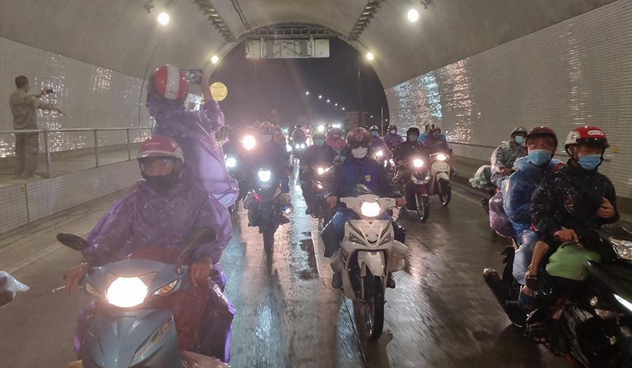 Mở cửa hầm đường bộ Hải Vân cho người dân đi xe máy về quê