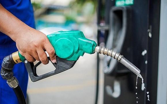 Giá xăng tăng mạnh, vượt mốc 24.000 đồng/lít