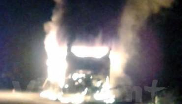 Xe khách cháy dữ dội khi đang lưu thông, nhiều người may mắn thoát nạn