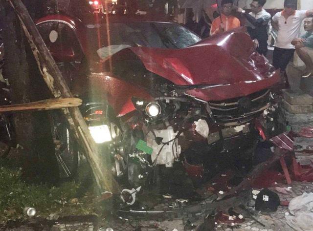 TP Huế: Xe Mazda tông liên tiếp nhiều phương tiện, nữ cử nhân báo chí thiệt mạng