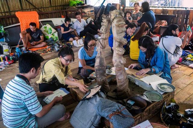 Phiên chợ bán kỷ vật người yêu cũ tại Hà Nội lên báo quốc tế