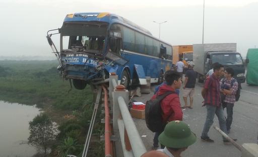 """Tai nạn liên hoàn trên cầu Thanh Trì, xe khách suýt """"nhảy"""" sông"""