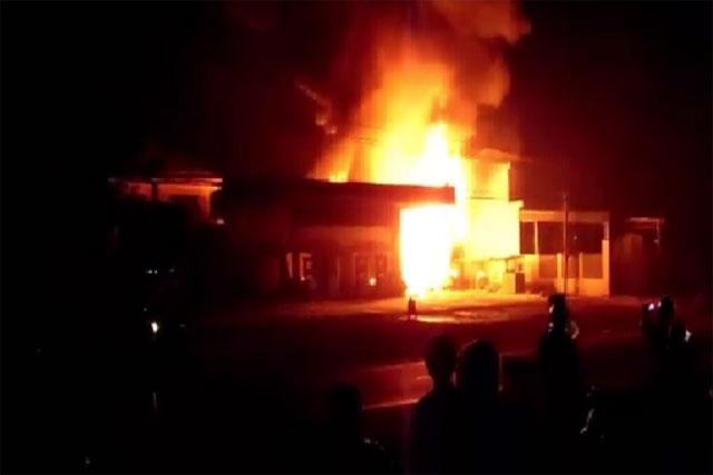 Cửa hàng xăng dầu cháy rụi trong đêm, một người bị bỏng nặng