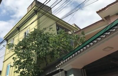 Hơn 2 giờ nghẹt thở giải cứu bé trai 1 tuổi bị khống chế trên mái nhà