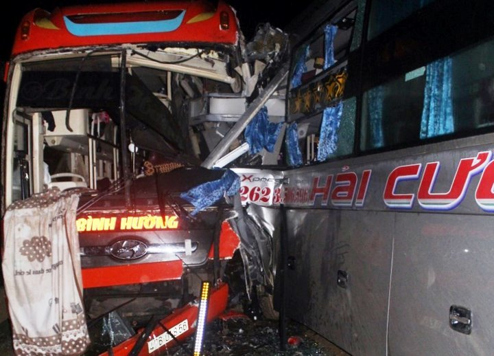 3 xe khách đâm nhau nát đầu ở đường Hồ Chí Minh, khách bị thương la liệt
