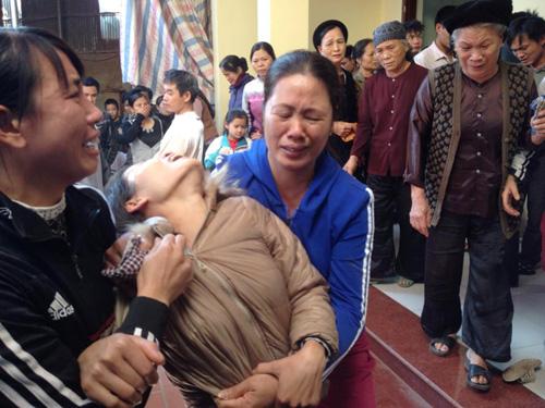 Thảm án 4 người thương vong: Khóc ngất bên thi thể 2 bố con