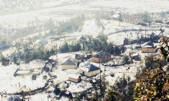 Sapa những ngày Noel đẹp như một bức tranh thủy mặc, có những ngôi nhà cổ kính ẩn hiện sau làn sương mù bảng lãng, có những đợt băng tuyết bỗng từ đâu tràn về, bao phủ trên những mái nhà quen, phủ kín của những con đường ngang dọc trong thị trấn.