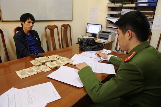 Bắt giữ đối tượng 'ém' gần trăm triệu tiền giả mang vào Việt Nam