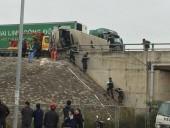 Container đâm vào xe khách trên cao tốc Nội Bài - Lào Cai, 4 người bị thương