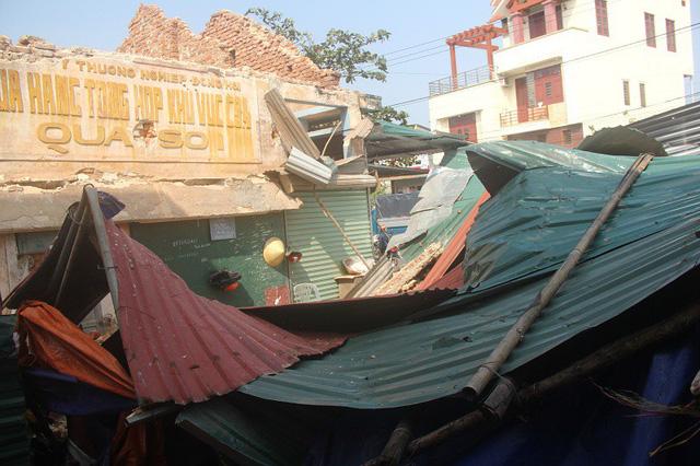 Quảng Bình: Công trình gần chợ đổ sập, 2 người trọng thương