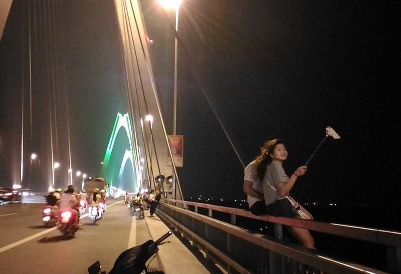 Chụp ảnh trên cầu Nhật Tân: Coi thường tính mạng chính mình