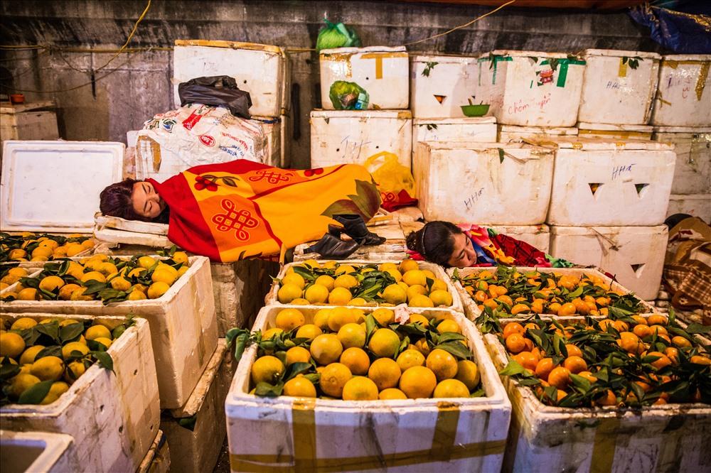 Tấp nập khu chợ đêm rau quả rẻ nhất Hà Nội