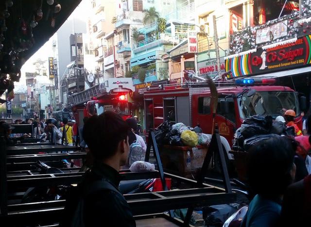 Giải cứu phụ nữ người mắc kẹt trong căn nhà 5 tầng bốc cháy