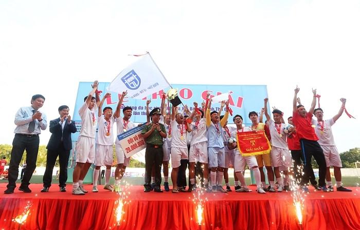 THPT Trương Định lần đầu tiên vô địch giải bóng đá học sinh Hà Nội