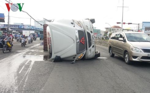 Lật container trên Quốc lộ 1A khiến hàng nghìn lon bia đổ ra đường