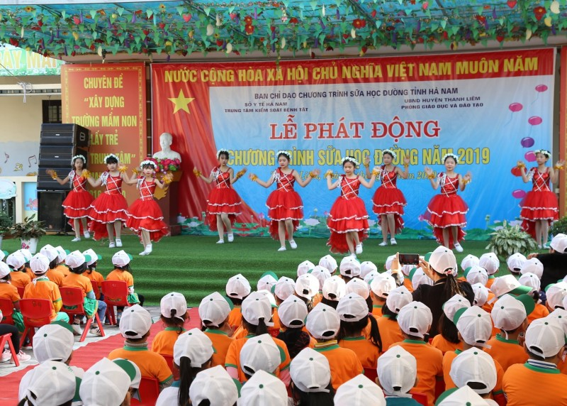 tre em tinh ha nam hao hung tham gia le phat dong chuong trinh sua hoc duong