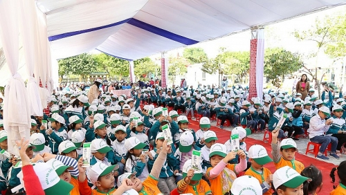 Trẻ em tỉnh Hà Nam hào hứng tham gia lễ phát động chương trình sữa học đường