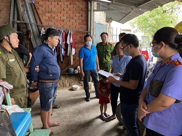 Lê Tấn Thành bị công an đọc lệnh bắt khẩn cấp, ảnh Ánh Dương