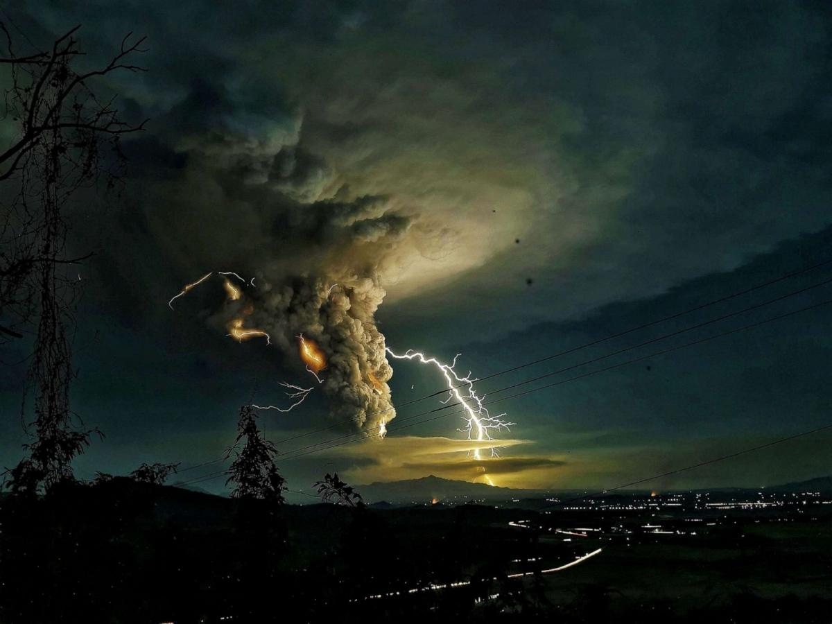 Tia sét trên bầu trời Batangas ở Philippines khi núi lửa Taal phun trào vào ngày 12/1. Hàng chục nghìn người đã phải sơ tán khỏi khu vực khi tro bụi bao phủ các làng mạc, cây trồng và vật nuôi. Ảnh: Shutterstock