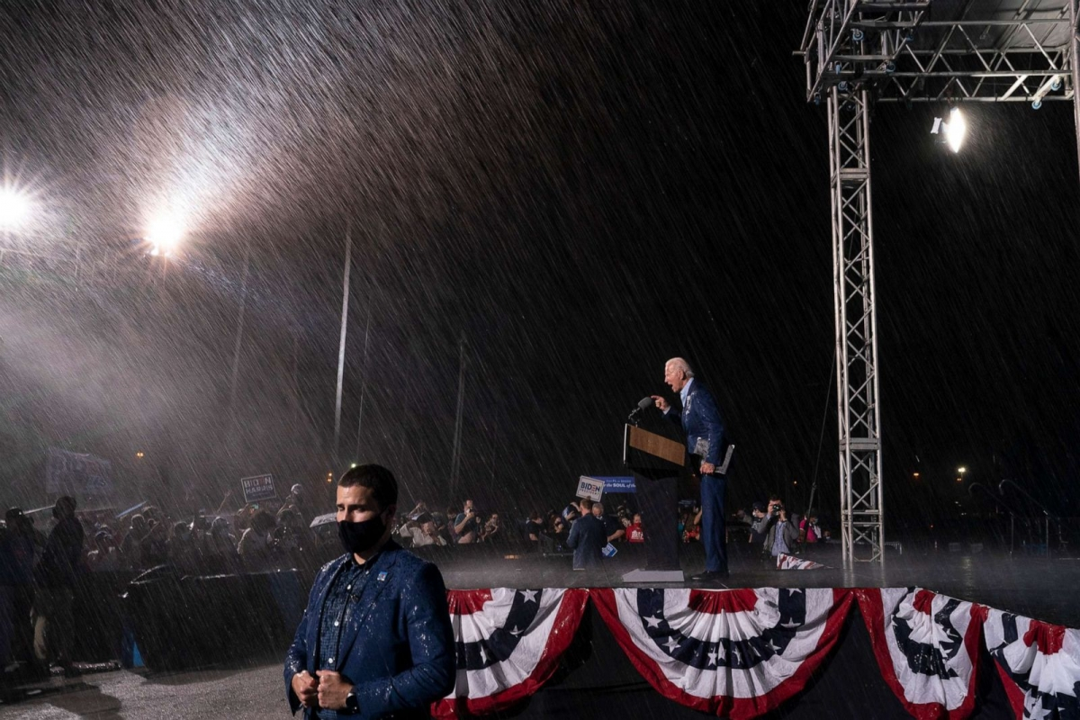 Ông Joe Biden đội mưa vận động tranh cử tại bang chiến địa Florida ngày 29/10. Ảnh: Getty Images