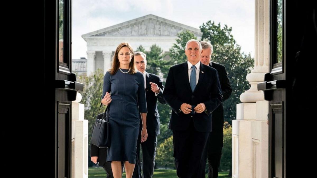 Thẩm phán Amy Coney Barrett và Phó Tổng thống Mike Pence bước lên các bậc thang của Điện Capitol để gặp các thượng nghị sĩ ở Washington vào ngày 29/9. Ông Trump đề cử bà Amy Coney Barrett thay thế cho cố thẩm phán Ruth Bader Ginsburg. Ảnh: Reuters