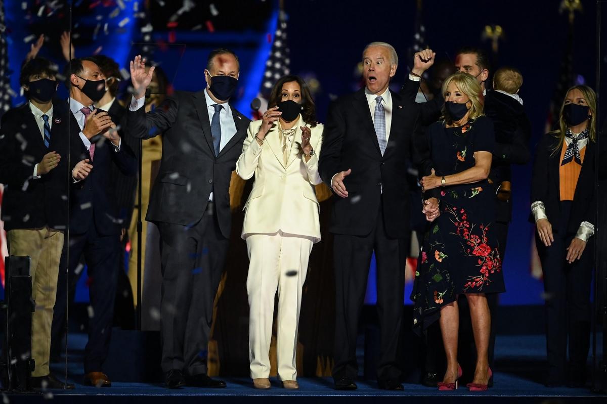 Tổng thống đắc cử Joe Biden cùng vợ Jill Biden và Phó tổng thống đắc cử Kamala Harris cùng chồng Douglas Emhoff vui mừng sau khi truyền thông Mỹ tuyên bố ông Biden là người chiến thắng vào ngày 7/11, 4 ngày sau cuộc bỏ phiếu. Ảnh: Getty Images