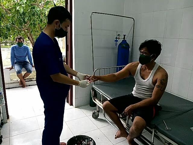 Đảo Song Tử Tây cứu ngư dân bị dập bàn tay