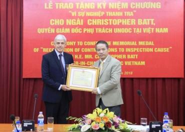 """Tặng Kỷ niệm Chương """"Vì sự nghiệp Thanh tra"""" cho quyền Giám đốc UNODC tại Việt Nam."""