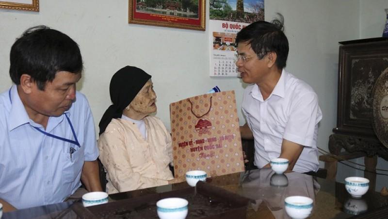 Lãnh đạo huyện Quốc Oai thăm và tặng quà gia đình chính sách