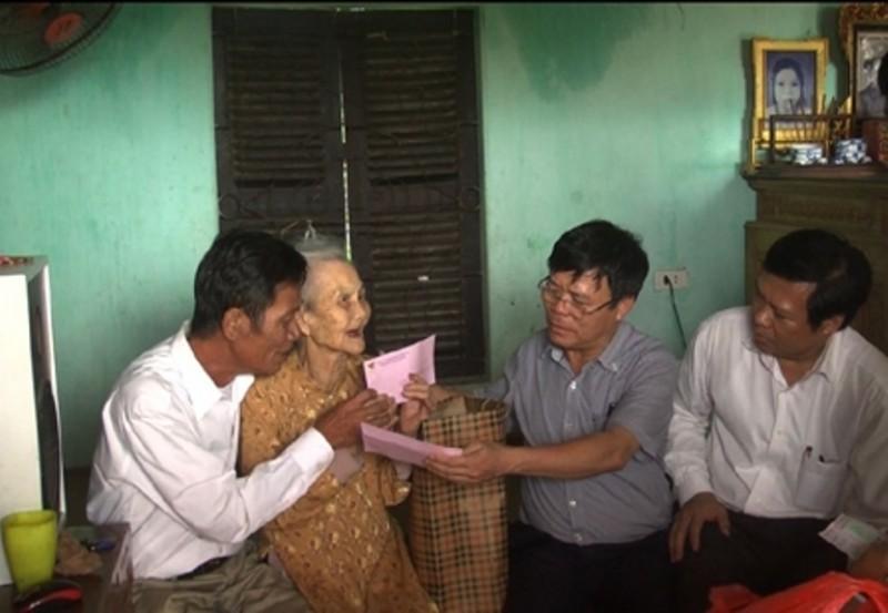 Lãnh đạo huyện Thạch Thất thăm và tặng quà các Mẹ Việt Nam anh hùng.