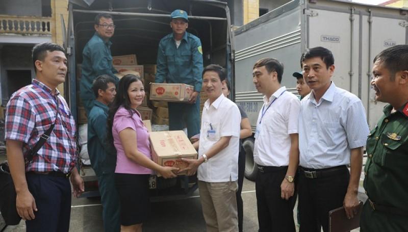 Sở Công Thương trao hàng cứu trợ cho nhân dân bị ngập úng