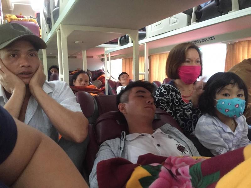Khổ cực trên chuyến xe khách về quê nghỉ lễ