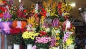 Hà Nội: Thị trường hoa tươi 'nóng' trước ngày 8/3