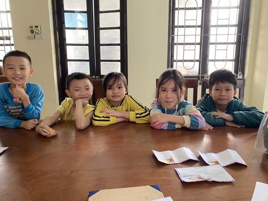 Hà Nội: 5 em học sinh nhờ Công an trả lại tiền cho người đánh rơi