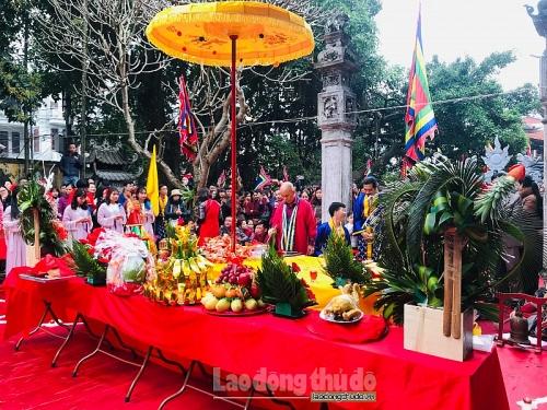 Người dân đội mưa tham dự đại lễ cầu an thuần Việt tại đền Trấn Vũ