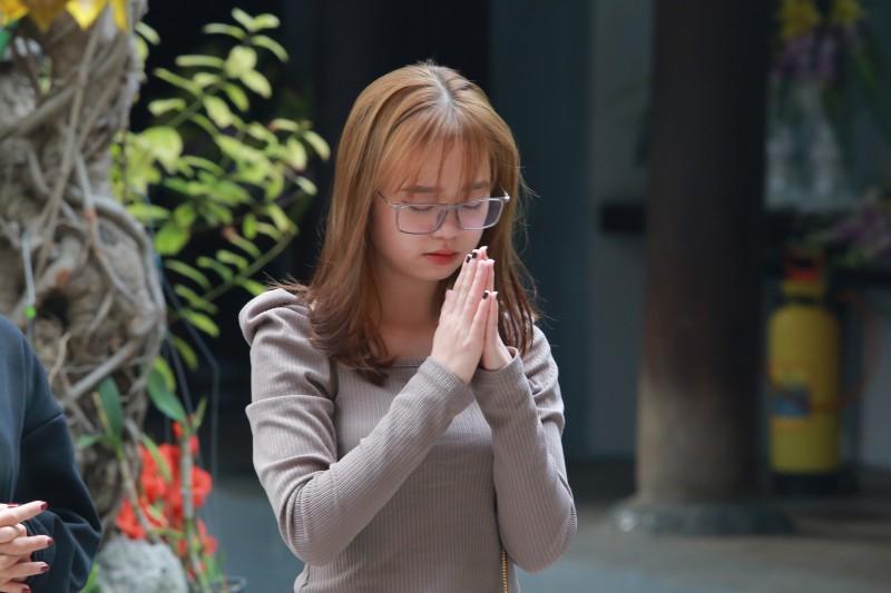 Bạn trẻ tìm đến chùa Hà xin 'thoát ế' trước ngày lễ tình nhân